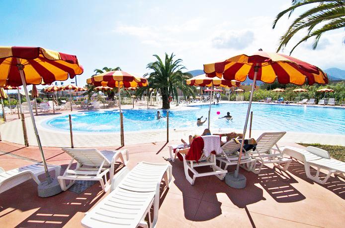 Hotel Resort con Piscina sulla Spiaggia a Loano