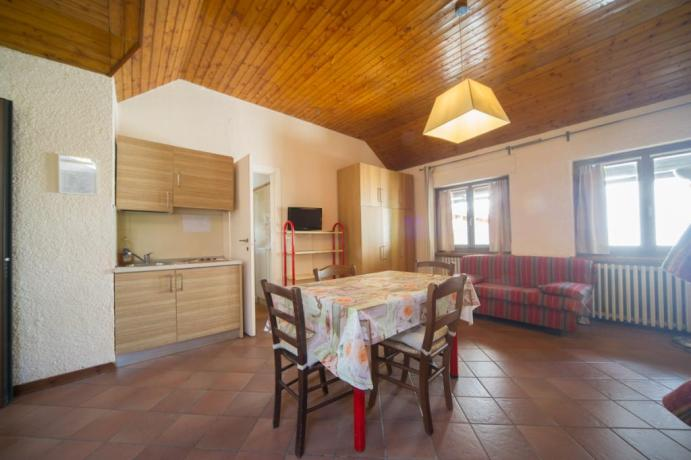 Appartamento-vacanza monolocale castello Bardonecchia cucina e soggiorno