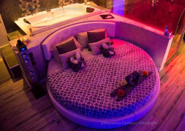 Top suite romantica con letto rotondo