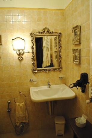 Bagno con Specchio in Villa di Lusso