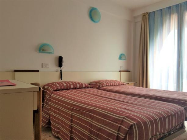 Camera con letti singoli e balcone vista mare