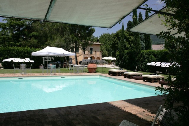 piscina con ristornate nell'agriturismo in Umbria