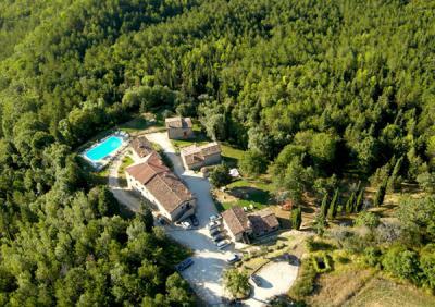 Appartamenti con camino, ristorante e piscina a Pietralunga vicino Gubbio, agriturismo ideale per famiglia con bambini