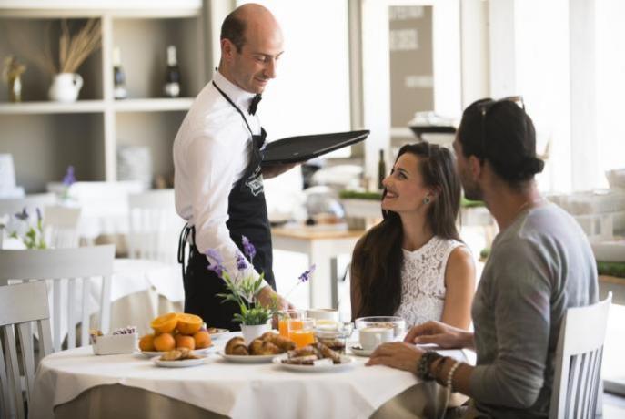 Colazione servita al tavolo hotel4stelle Promontorio del Gargano