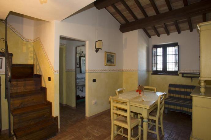Salone appartamenti con tavolo e divano