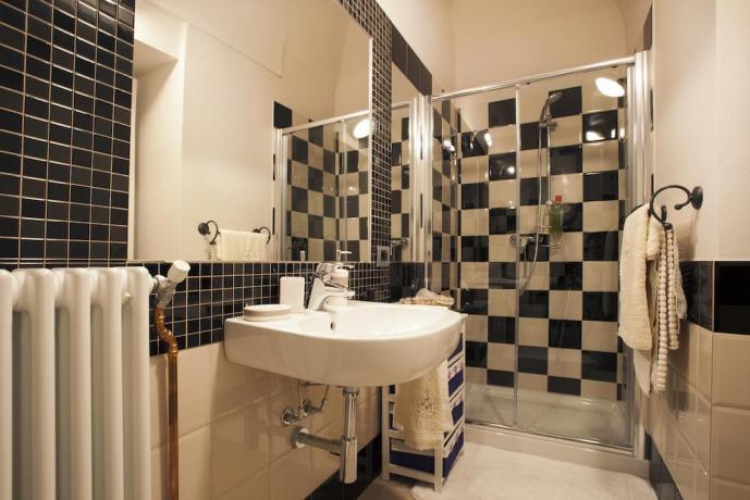 Bagno camera con grande box doccia