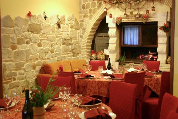 Sala ristorante con camino Hotel Abruzzo