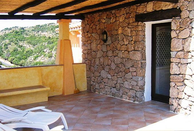 Terrazza solarium in hotel con appartamenti ad Arzachena