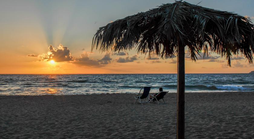 spiaggia-bianca-frontemare-villaggio-camping-mimosa