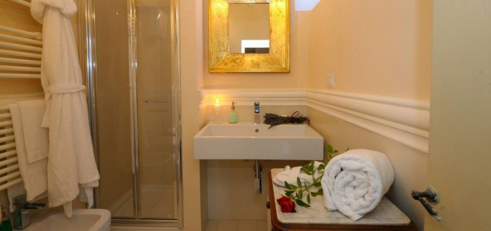 Suite bagno privato con asciugamani doccia vetrata Perugia-Piscille