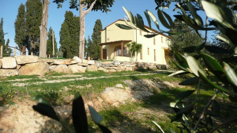 Giardino con muretti in pietra in Toscana
