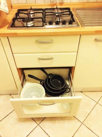 Cucina con stoviglie in suite ad Assisi