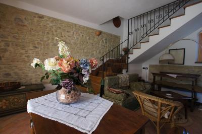 Sala colazione con parete in pietra