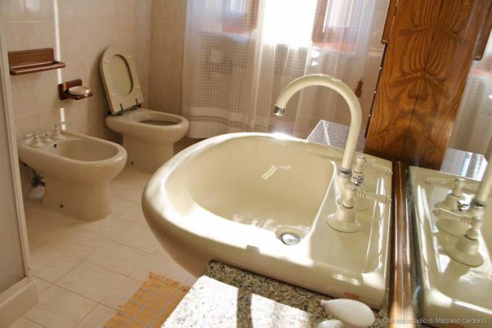 Spaziosi bagni con doccia