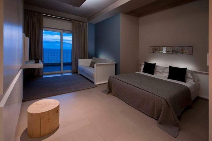 Camera con divano letto terrazza fronte mare Latina