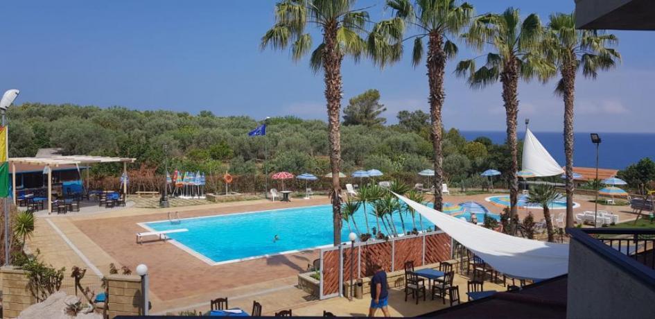 Piscina con Vista Panoramica residenca-Messina