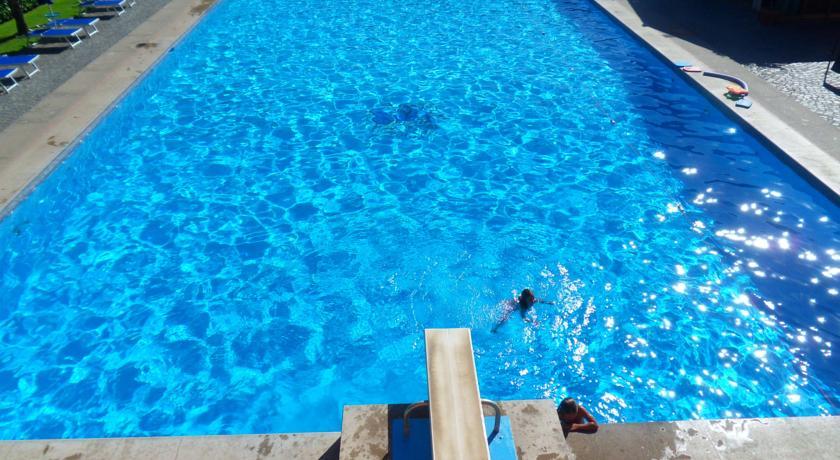 Calcio, Tennis, Calcetto, Piscina 25 mt, Piscina per Bambini, Bungalow, villa e hotel con ristorante sul Lago di Bracciano.