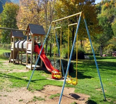 Parco giochi bambini nel verde