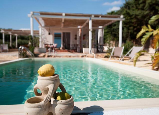 Marinella di selinunte villa per 2 4 6 persone con for Belle case con piscine