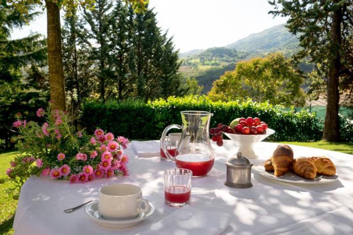 Colazione all'aperto con vista panoramica di Assisi