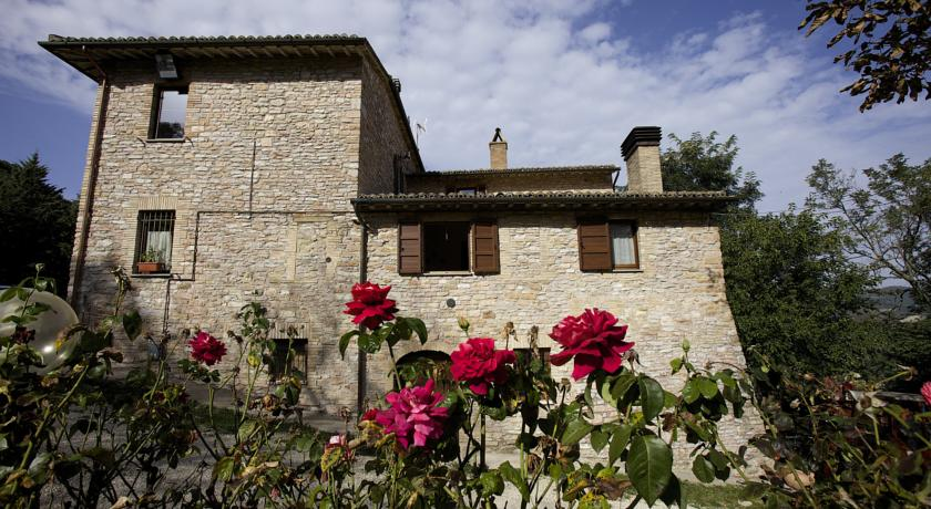 CAPODANNO in Umbria ad Assisi, Casale con appartamenti e salone.