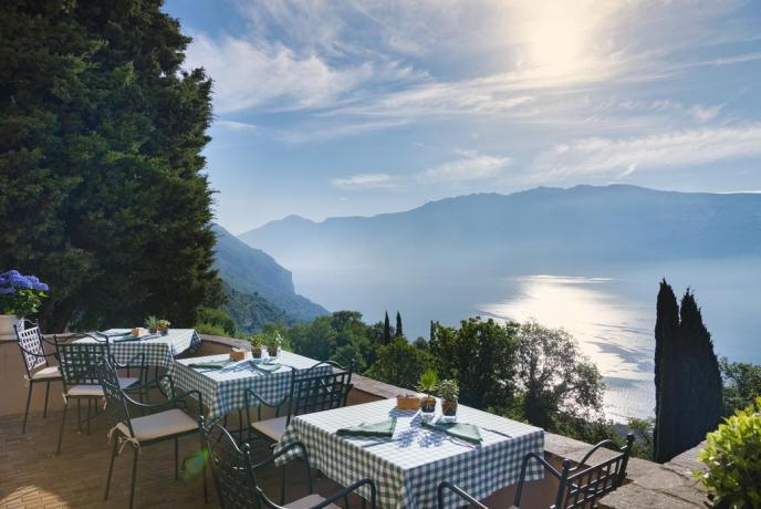 cene romantiche con sfondo Lago di Garda