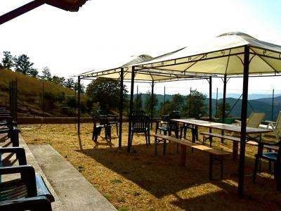Tavoli e sedie per mangiare all'aperto