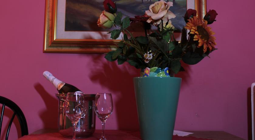 Bottiglia di spumante con fiori nell'albergo di Palermo