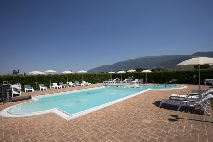 piscina panoramica country house hispellum