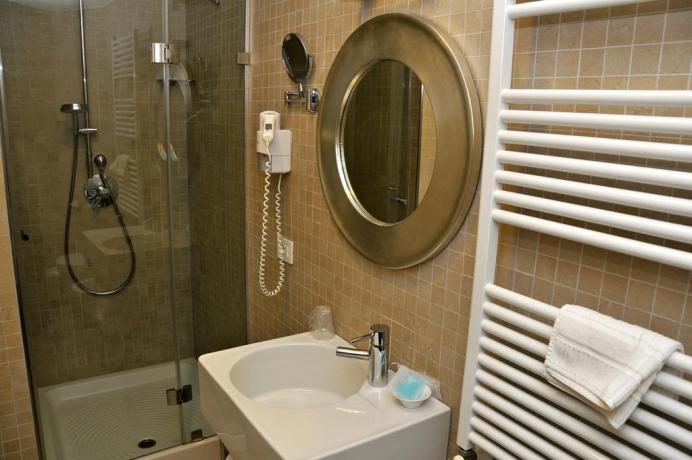 Bagno camera con box doccia Hotel a Fondi