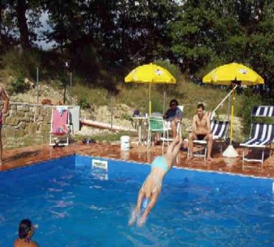 Casale con appartamenti vacanza vicino gubbio con piscina e camino - Appartamenti in montagna con piscina ...