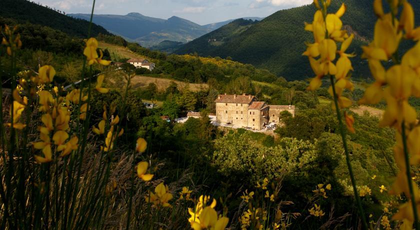 A Pietralunga in collina Appartamenti Vacanza e Suite, biblioteca internazionale, piscina e cappella privata.
