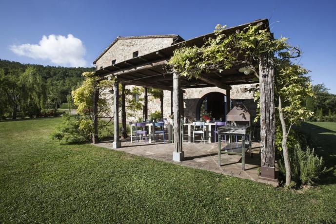 Pergola Arredata con Barbecue in Toscana