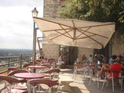 Hotels and restaurants with view over the Valley