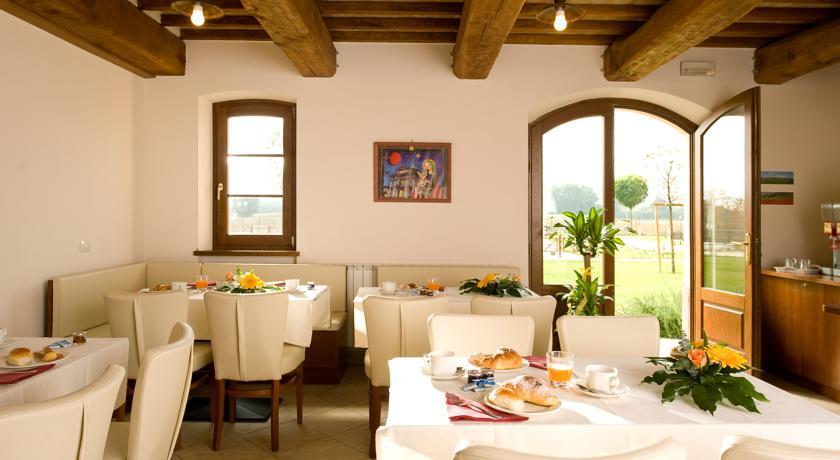 Sala colazione in agriturismo nella campagna di Assisi