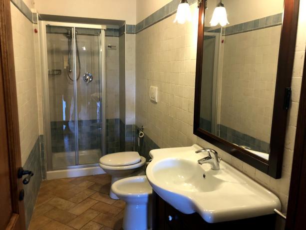 Bilocale 2+2: bagno con doccia