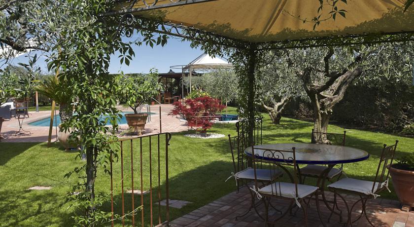 Giardino con splendida piscina