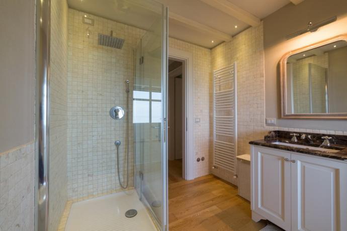 bagno privato nella camera matrimoniale in villa