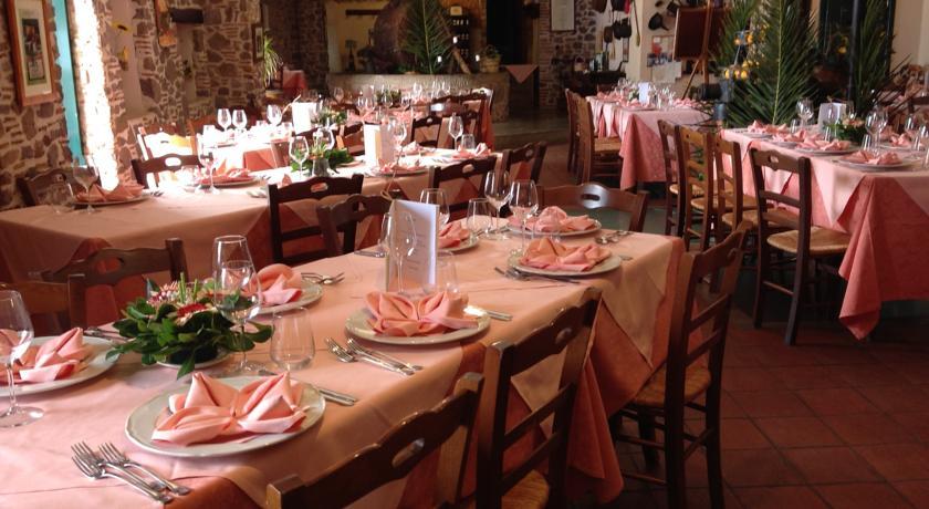 Rustica sala ristorazione dell'agriturismo