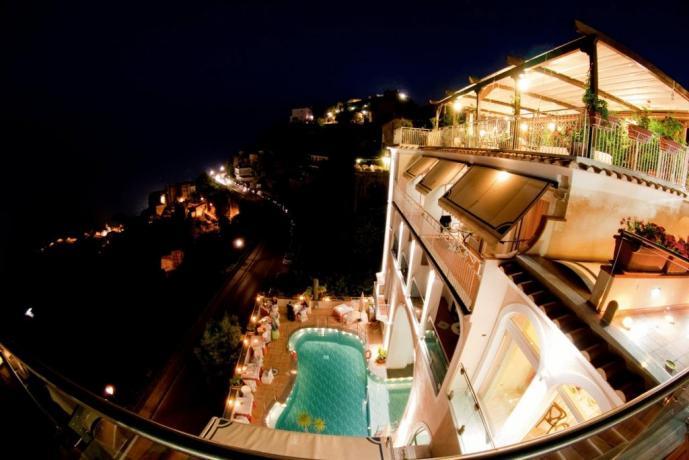 Hotel Ravello con piscina aperta di notte