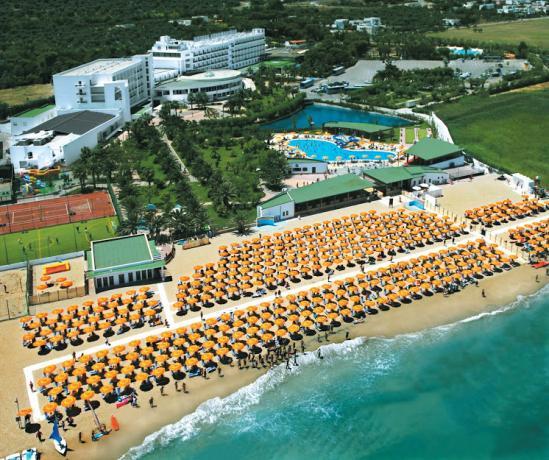 Hotel in Villaggio Turistico in Puglia, 3 Piscine, Animazione, Ristorante, Impianti Sportivi e Spiaggia Privata