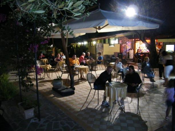 Villaggio a Palinuro, serata all'aperto