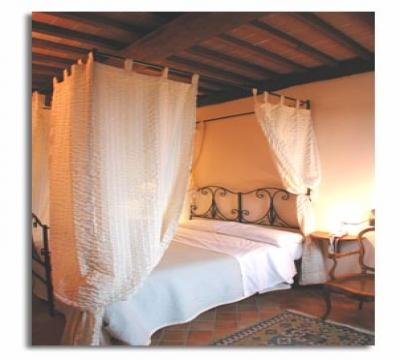 Camera romantica con letto a baldacchino Beauty Farm Trasimeno ...