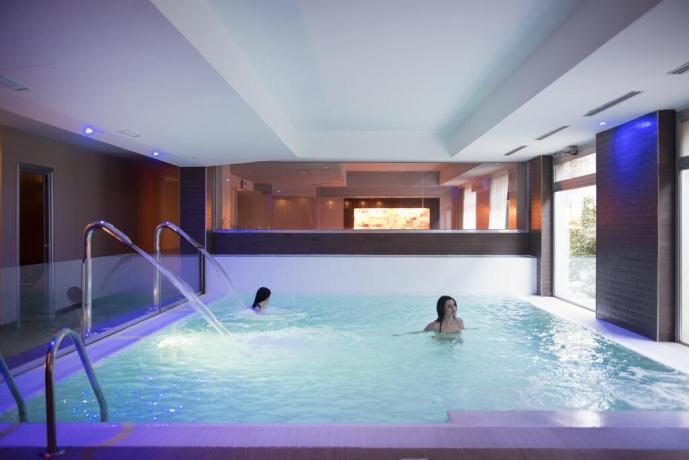 Piscina interna riscaldata con idromassaggio hotel4stelle Manfredonia
