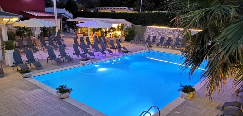 Hotel con spiaggia privata e piscina a baia-domizia