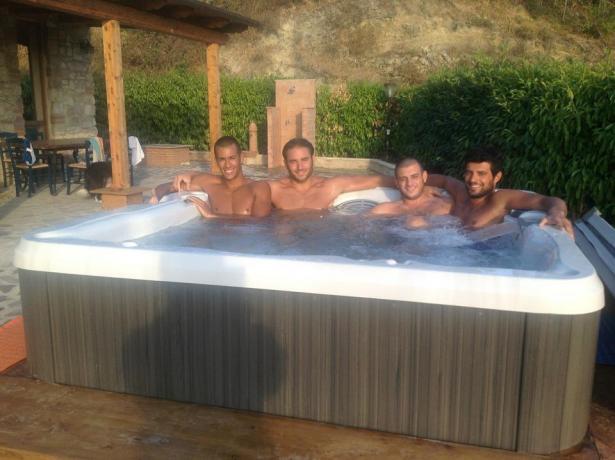 Ospiti vasca idromassaggio B&B casale San Terenziano