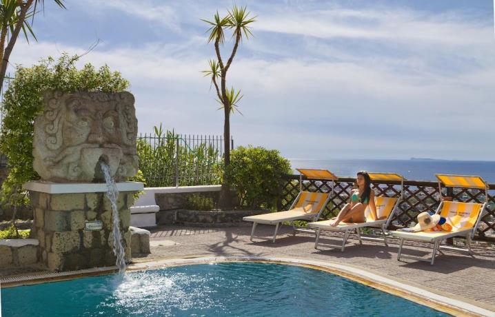 Piscina Idromassaggio esterna e zona relax Hotel Ischia