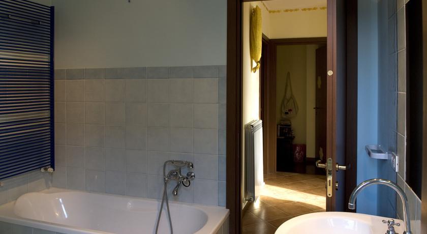 Bagno luminoso con finestra e vasca