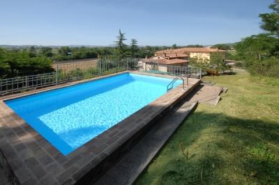 Agriturismo con piscina e spazi verdi
