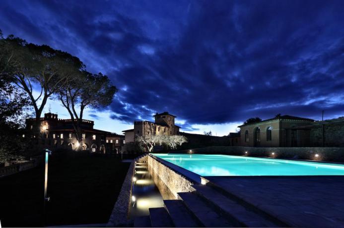 Vista piscina di notte resort di lusso Perugia